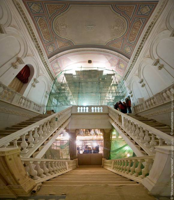 Renovations inside the Bolshoi main entrance. (photo by maksmasterov.livejournal)