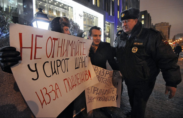 Protesters outside the Federation Council Chambers were met by police. (Фото: Василий Шапошников / Коммерсантъ)