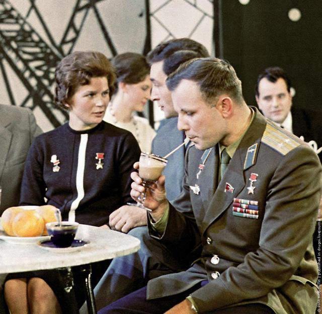 Gagarin with fellow kosmonat Valentina Tereshkova)