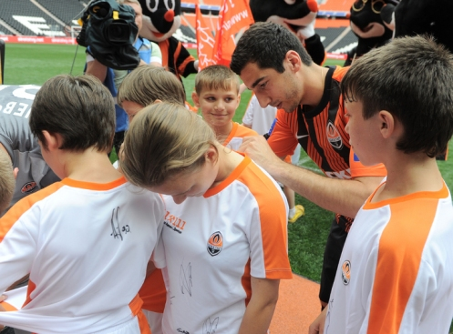 football club Shakhtar Donetsk orphanage autographs