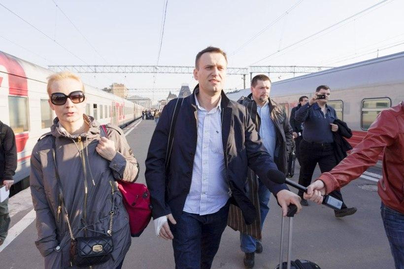 Alexei Navalny (C), his wife Yulia (L) and co-defendant Pyotr Ofitserov (R).