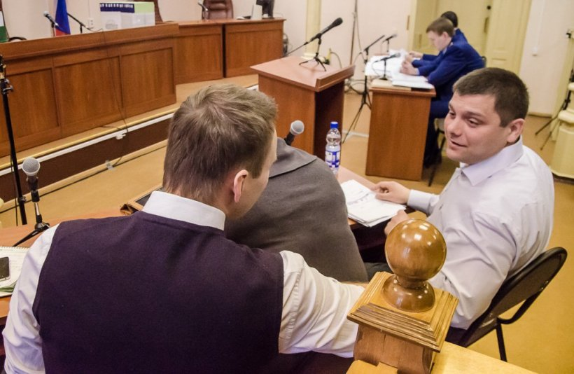 Navalny (left) in Kirov courtroom at the defense table.