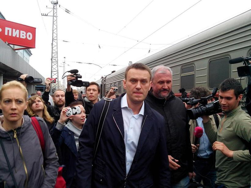 Navalny on his way from Moscow to Kirov for sentencing.