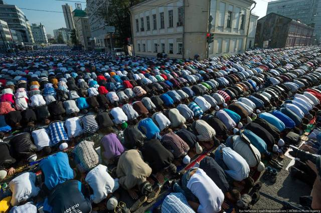 Uraza Bairam: Muslim sunrise prayers, Moscow 2013 on Prospekt Mira (Avenue).