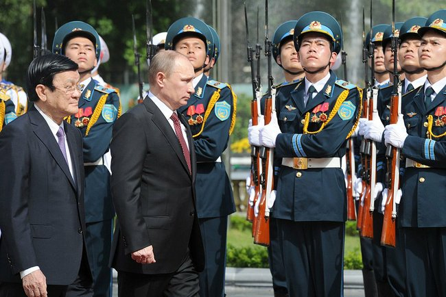 Mr. Putin inspected the Vietnam honour guard along with President Truong Tan Sang. height=331