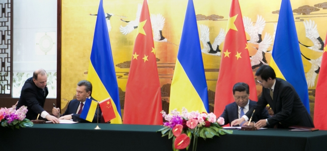 President of Ukraine Viktor Yanukovych and President of China Xi Jinping sign agreements in Bejing.