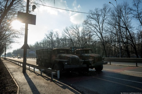 Two burned out Ukrainian army trucks sit where once was busy traffic. (foto: Ilya Varlamov)