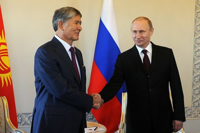 St Petersburg: President of Kyrgyzstan Almazbek Atambayev (L) meets with Vladimir Putin (R). 16 March 2015.